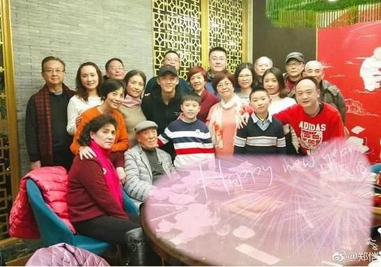 郑恺新春晒家族合影 郑恺与家人从神态到样貌都十分相似