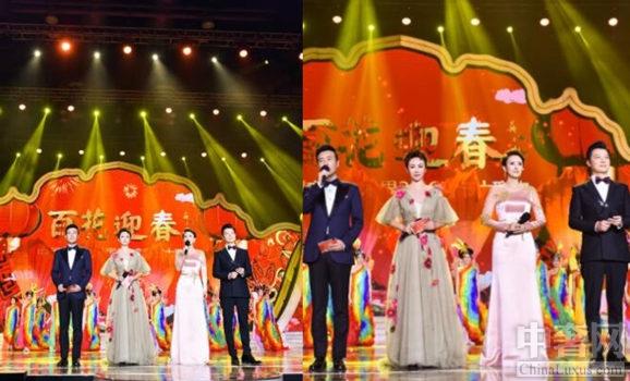 春节大联欢马丽担任主持 一身欧根纱礼服亮相搭配短发和精致妆容看上去很有气质