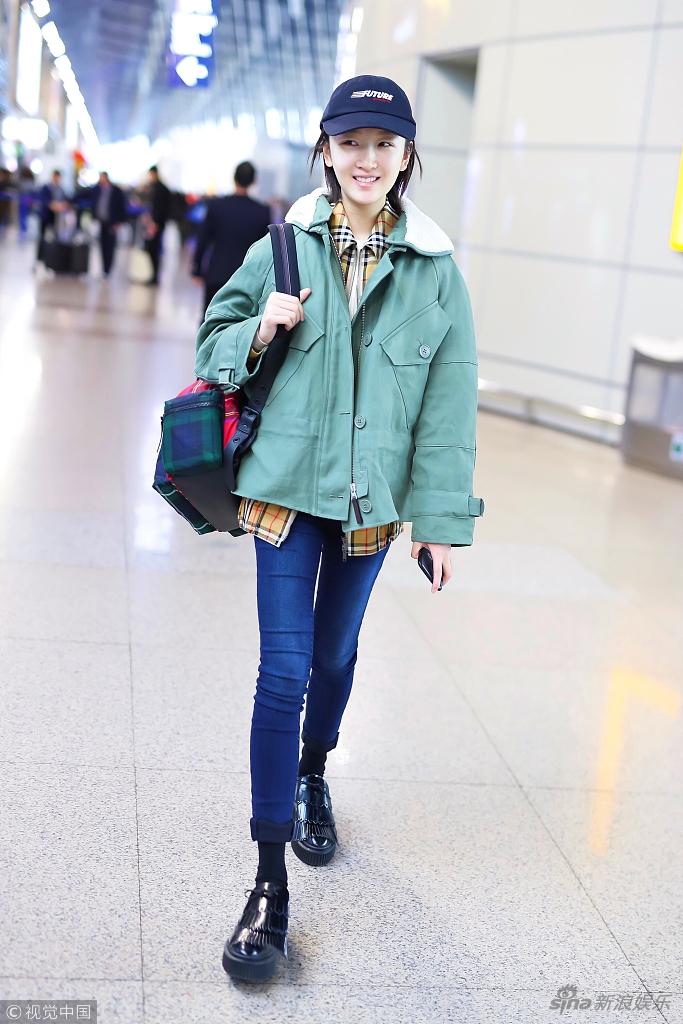周冬雨启程看秀 身穿军绿外套清新随性
