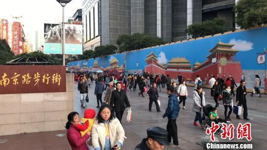 """近1000平方米的巨幅""""故宫画卷""""现身上海南京路步行街"""