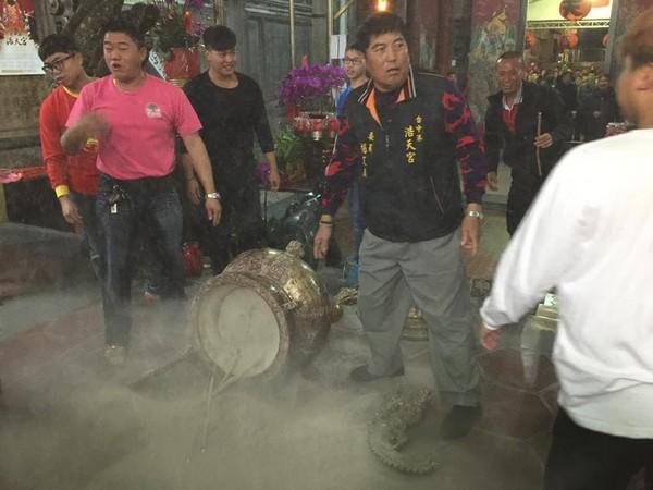 台湾民众除夕夜抢头香 竟然把香炉撞倒!