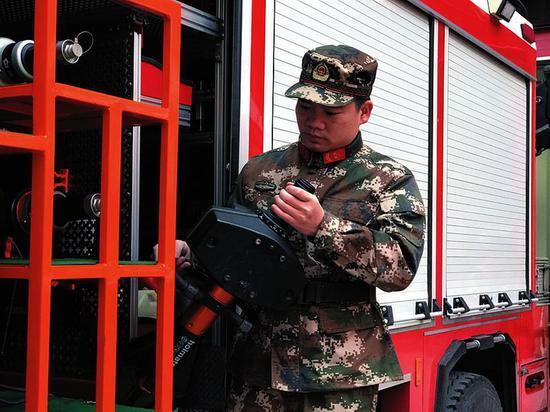 入伍13年没回家过年 消防战士必须时刻准备战斗!