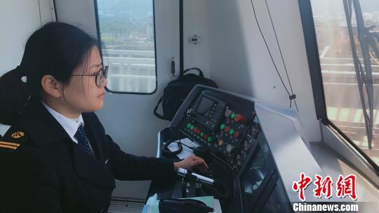 地铁女驾驶员的春节 开车已成为常态