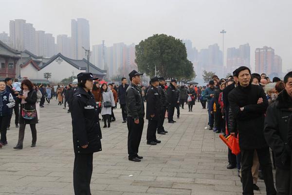 武汉归元寺庙日进游客27万 现场有不少老人小孩