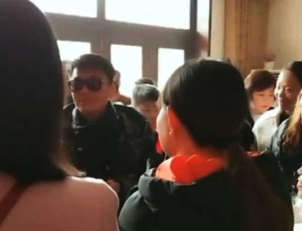 王宝强回农村参加同学会 对大家非常热情和普通同学一样