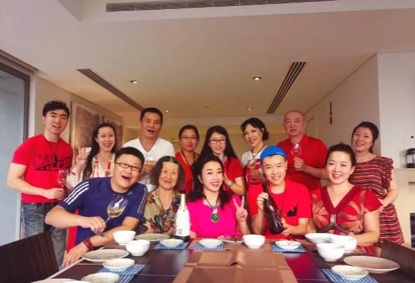 63岁刘晓庆亲自下厨 一家人13口聚在一起十分开心
