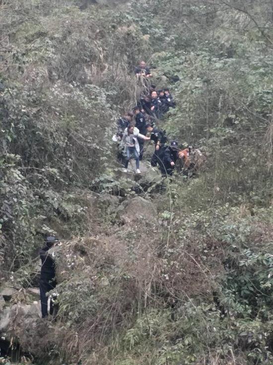 3名女生登高被困深山 警方组织30余人展开营救
