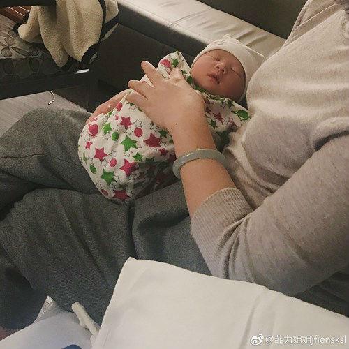 雪梨晒出宝宝照片 在水瓶座最后一天出生
