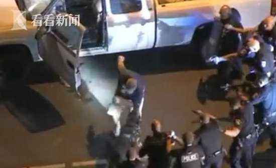 美国一司机与警方僵持5小时 多亏警犬上前紧咬才结束