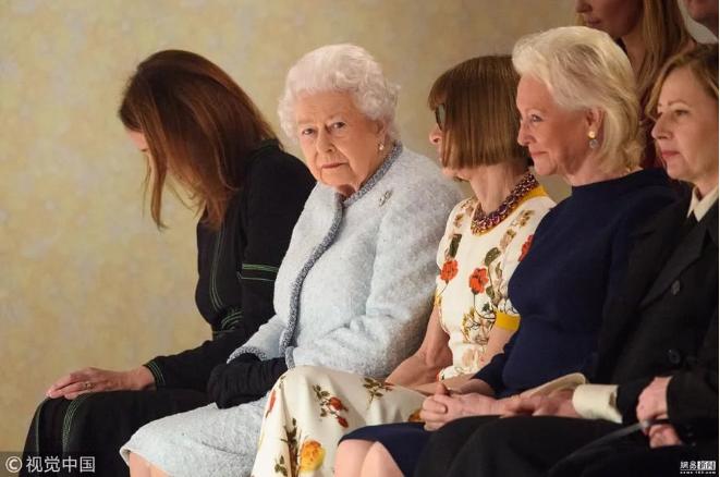 英女王出席伦敦时装周 与《Vogue》杂志美国版主编安娜·温图尔等人一起看秀