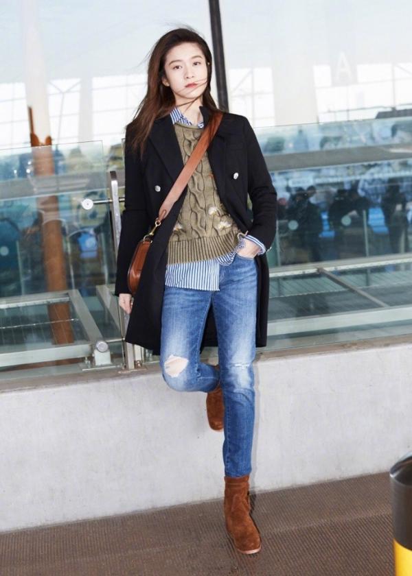 张雪迎最新机场街拍 简洁look个性十足