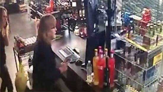 抢劫反遭母女反击 众人一度于店内纠缠近身肉搏