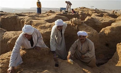 埃及开罗南部考古发现大型墓地 古墓保存得不是很好