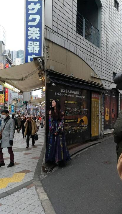 东京街头捕捉野生范冰冰 水嫩美肌白到发光