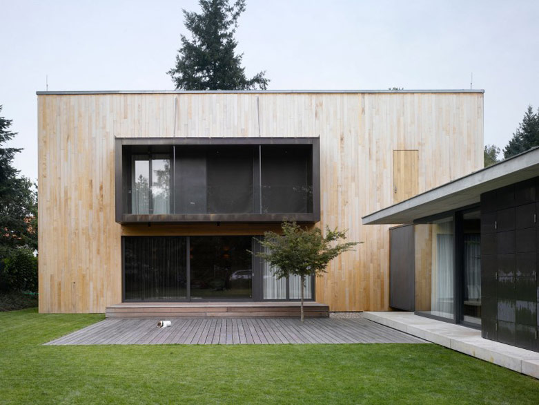 """捷克朴素低调家庭墅:由两个相互交叉衔接的建筑体量构成呈""""L""""形"""