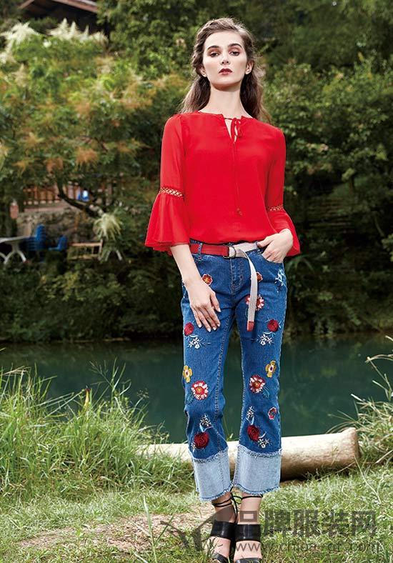 楚阁品牌女装 大红色可以与你衣橱里的绝大部分物品相融合