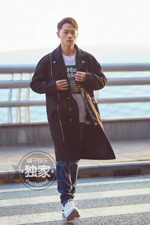曹骏机场街拍曝光 黑色酷感大衣简洁大气有款有型有风度