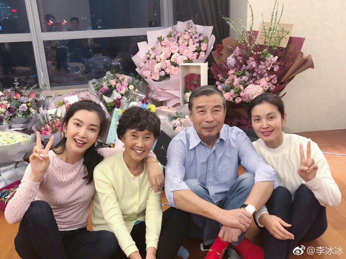 李冰冰晒生日温馨全家福 一家超幸福背后被鲜花围绕