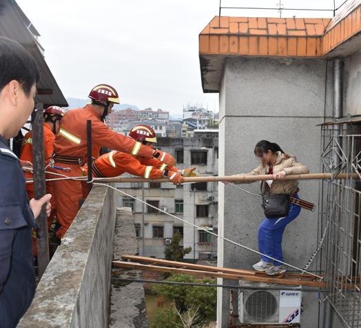 家门口被放炸弹 消防员协助一家5口高空逃生