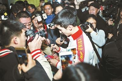 中国冬奥健儿凯旋 武大靖受到粉丝们的热情欢迎