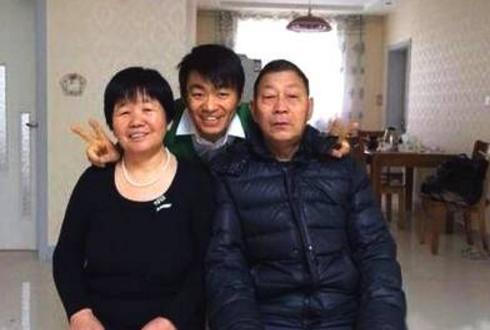 王宝强陪父母逛街 全程对父母非常体贴
