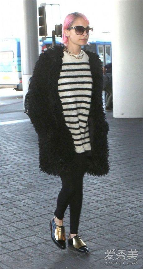 条纹打底衫配什么外套 黑色中长款外套+条纹衫+黑色紧身下装提亮整体好气色!