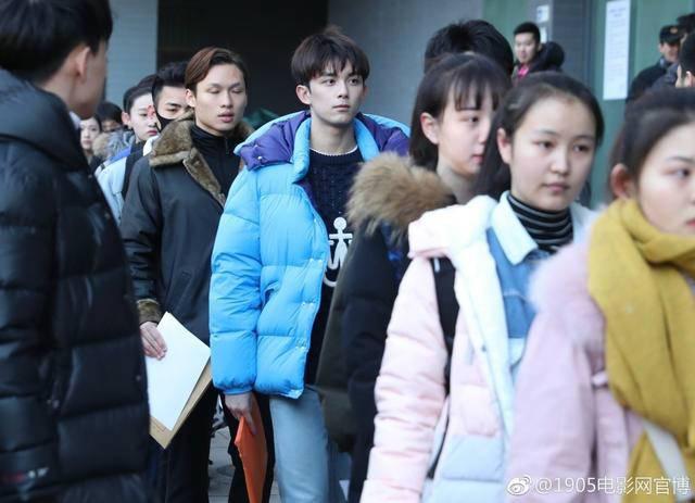 吴磊现身北电艺考 身穿蓝色外套看上去十分精神