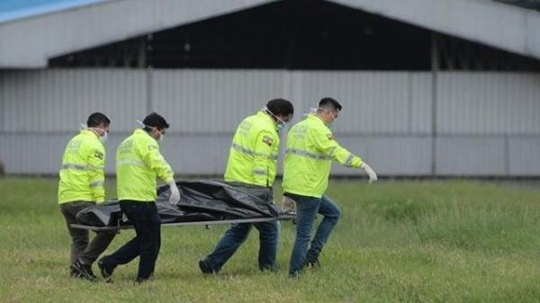 两男子扒飞机偷渡身亡 身份不详机场暂停运营