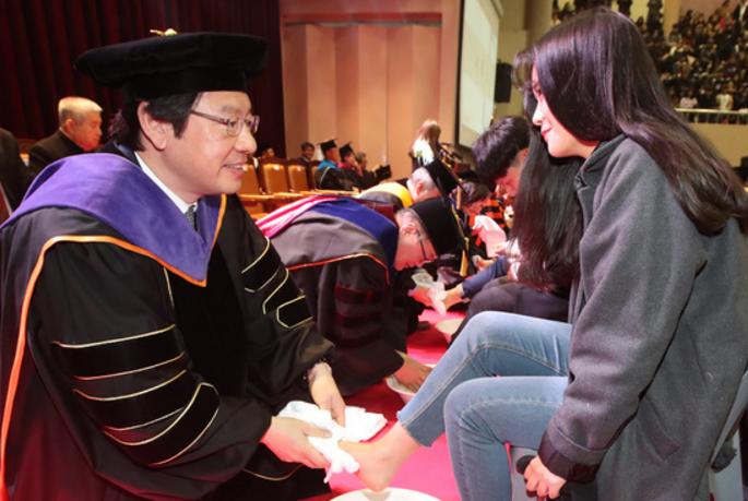 韩国一大学教授为新生洗脚 女生们既害羞又激动
