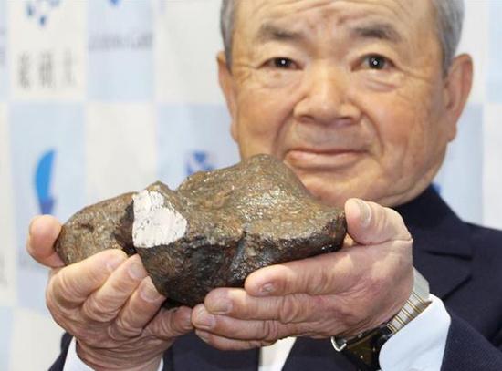日本男子在田地里捡到的一块陨石 距今46亿年