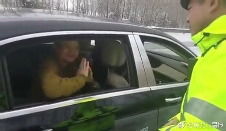 马云向交警致谢 合影留念表示对高速交警工作的感谢