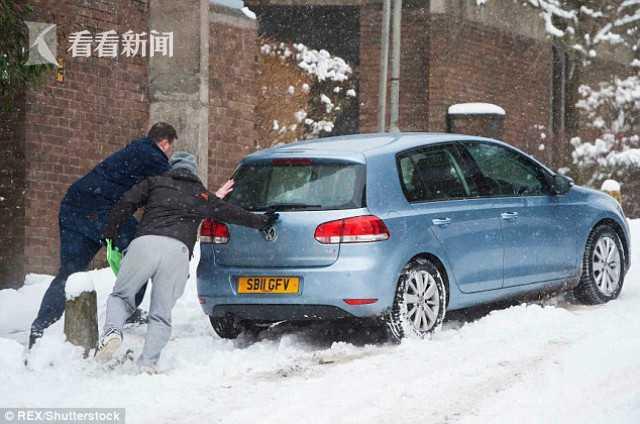 多条道路因积雪和冰冻难以通行 英国医生徒步3小时救人