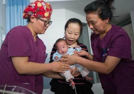 手掌婴儿救治成功 出生时仅仅只有0.79千克