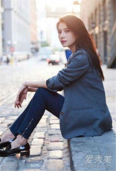 2018年春季女生穿衣搭配示范 灰色西装外套+深色紧身裤+黑色皮鞋时尚又百搭