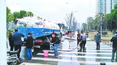 地下主水管破裂 洒水车送百吨水救急
