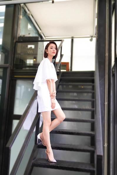 佟丽娅秀修长美腿。
