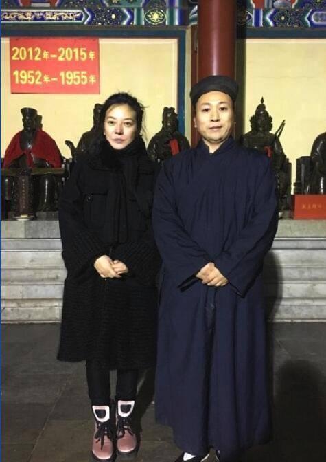 42岁赵薇现身寺庙祈福 许久未曾露面的赵薇有着不小的变化