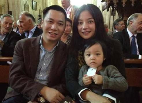 42岁赵薇现身寺庙祈福 整个人都有些不一样了