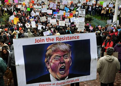 特朗普关税政策遭内外夹击 贸易战危机中它最受伤!
