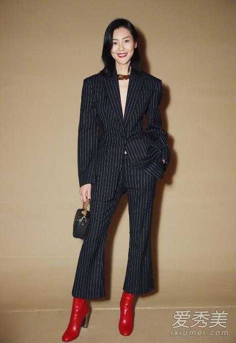 刘雯巴黎时装周最新街拍 黑色条纹西装展现知性干练气场