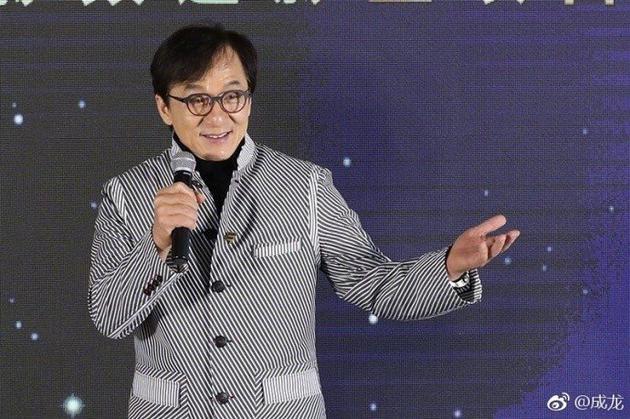 成龙政协发言引争议 想要拍出高水平的电影要多和外国人合作