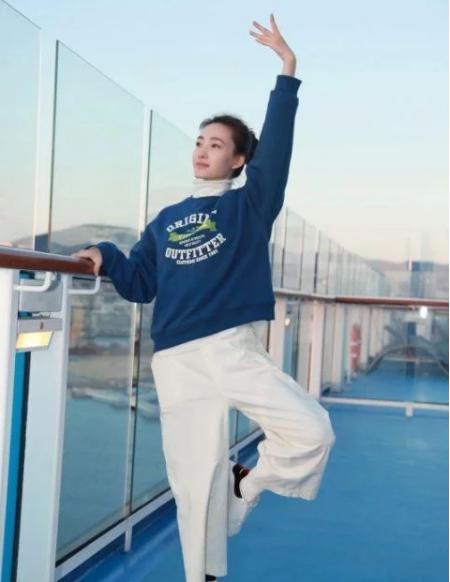 王丽坤邮轮拍戏展舞姿 蓝色卫衣搭配白色阔腿裤海洋的气息扑面而来