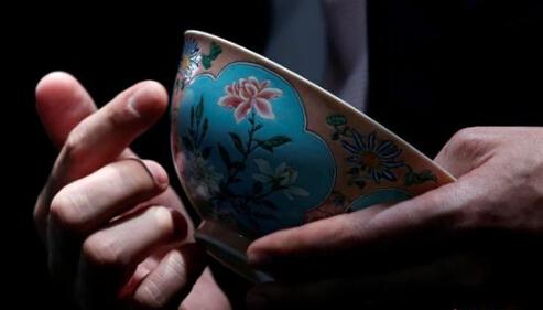康熙粉红地珐琅彩开光花卉碗亮相香港苏富比