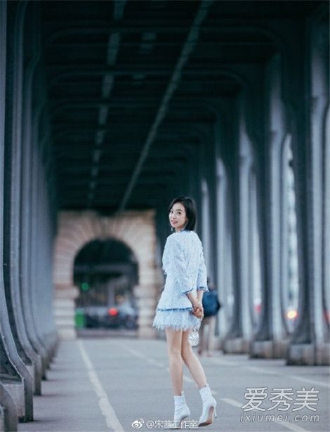 巴黎时装周明星街拍:宋茜身穿香奈儿套装前往看秀