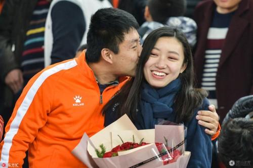 鲁能球迷看台求婚 在其他球迷见证下甜蜜拥吻在一起