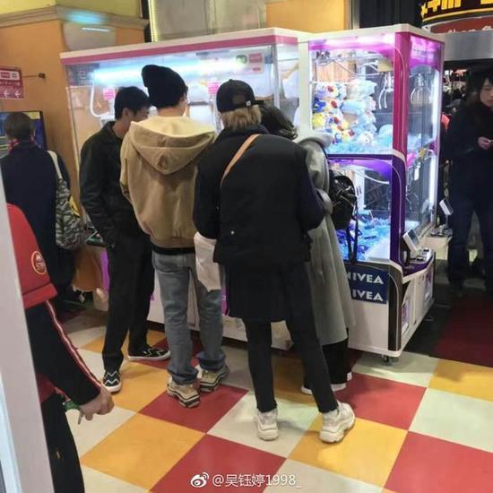 网友偶遇李易峰 像个高中生太乖了