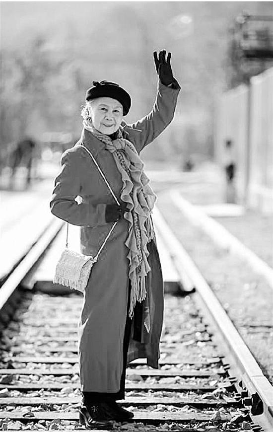 90岁摩登老太爱化妆 不仅照片拍得好还把音乐玩得溜