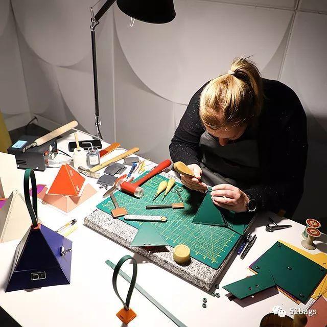 顶级品牌的手工工艺:揭秘MOYNAT箱包制作过程