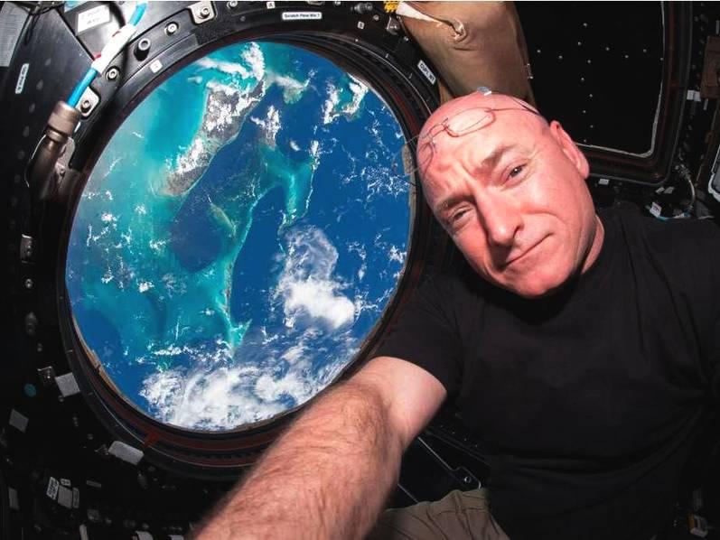 NASA宇航员Scott·Kelly与Mark·Kelly是一对同卵双胞胎,他们的DNA几乎完全一样。弟弟Scott被派驻国际空间站(ISS)执行了340天的太空任务后,身高激增5cm(任务前兄弟二人身高相同),这令科学家们感到不可思议。为了更深入了解太空环境对人体的影响,研究人员对结束任务的Scott继续进行了长达一年的监测,并对比了他与哥哥Mark的DNA差异。