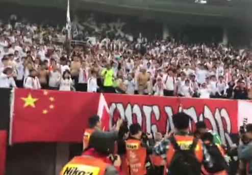 帕托进球球迷高喊迪丽热巴 瞬间不好意思了